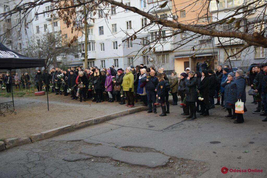 До последнего спасала детей: В Одессе простились с преподавательницей колледжа. Ученики рыдали