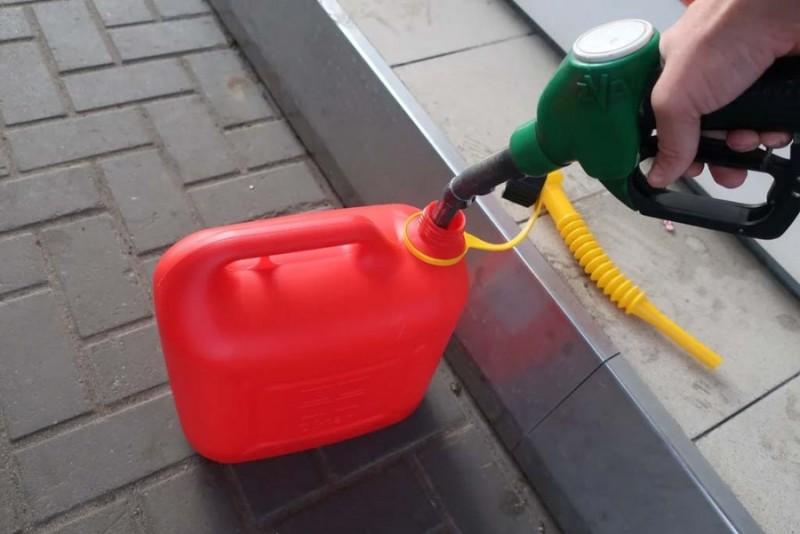 Можно и в пластик. Правительство обновило правила торговли бензином: что изменилось