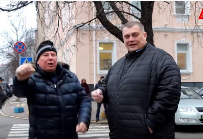 «Позор! Брехло!»: Разъяренные митингующие возле Рады набросились на депутата Юзика. «Побледнел»