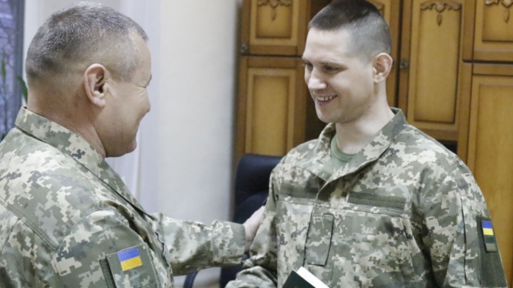 Новогодний подарок. Освобожденным из плена военным вручили новые документы