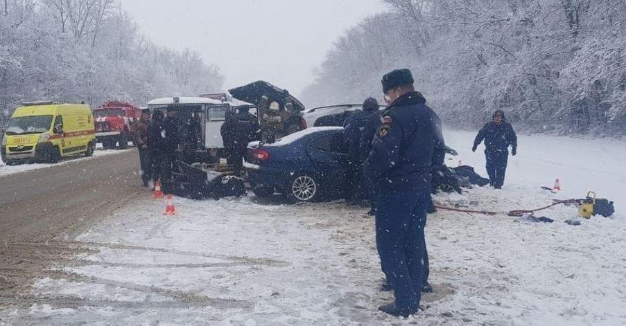 «Выехал на встречную и …»: Жуткое смертельное ДТП с украинцами в России. «Авто расплющило»