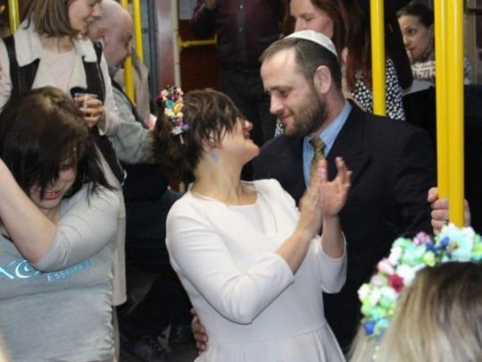 «Трамвайчик счастья». В Одессе влюбленные сыграли свадьбу в общественном транспорте. Запомнят все