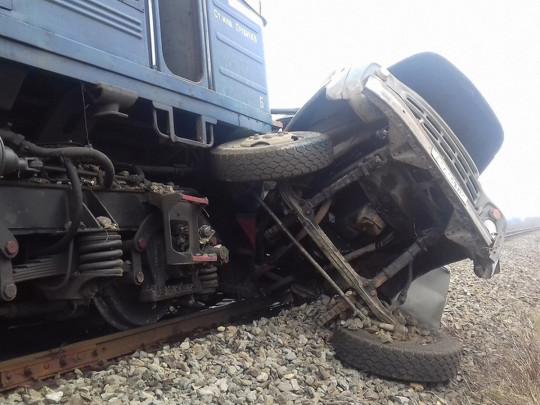 «Грузовик влетел под поезд»: В страшной аварии на Закарпатье погиб отец 16-ти детей. Сын был с ним в кабине