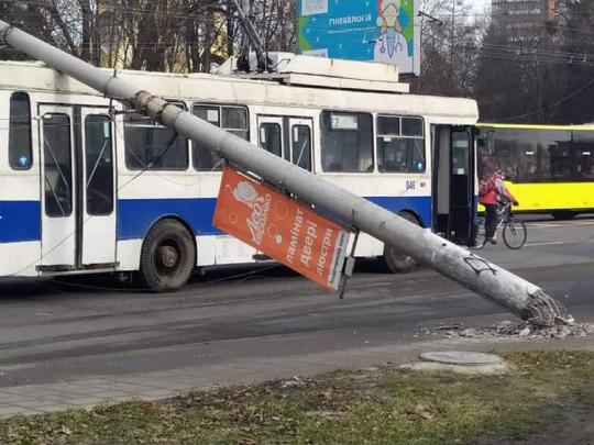 «Разбили авто и троллейбус»: Во Львове две железобетонные опоры упали на дорогу