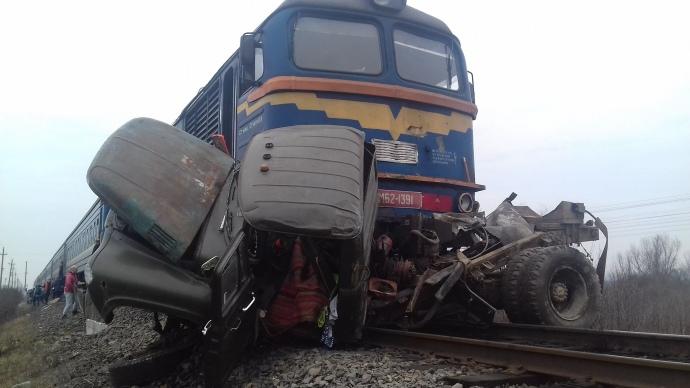 Роковая неосторожность. На Закарпатье поезд раздавил грузовик. «Им не помочь»