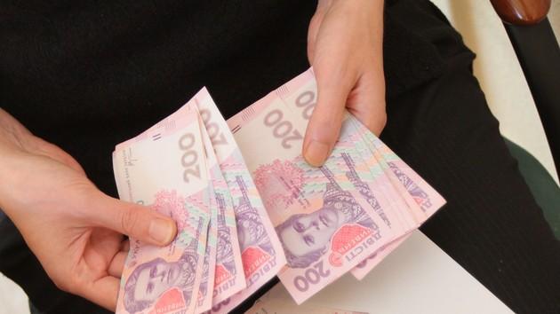 По 8333 грн каждому! Озвучили размер социальных выплат в 2020 для украинцев. Кому повезет с надбавкой?