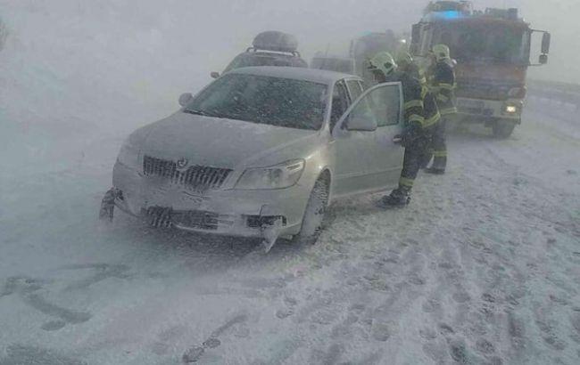 Масштабная авария в Словакии: На заснеженной трассе столкнулись десятки машин. Пострадали украинцы