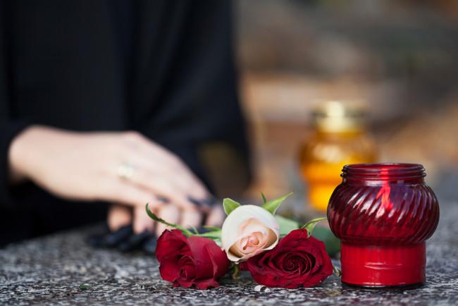 «Открыла глаза и поднялась»: Женщина проснулась на собственных похоронах. Настоящее чудо!