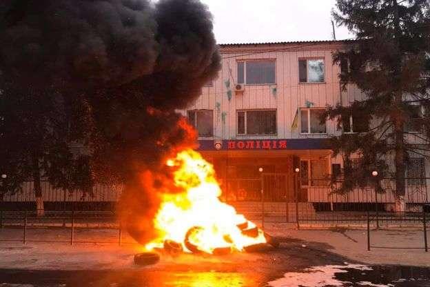 Палят шины и агитируют! В Каховке люди вышли под отделение полиции из-за убийства парня. Не будут терпеть беспредел