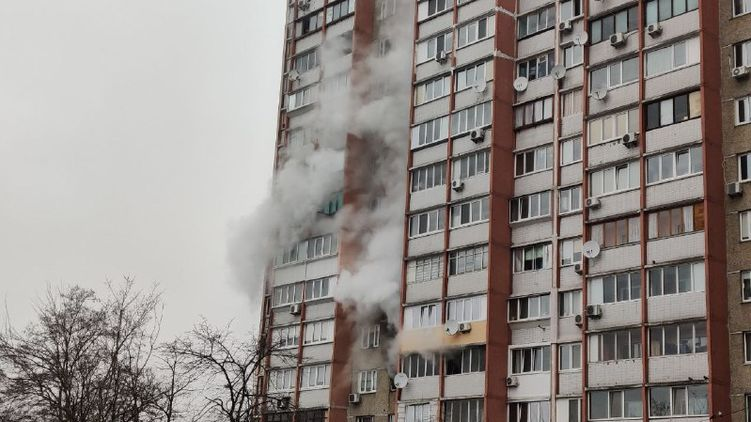 Все как в тумане. В Киеве горит многоэтажка. Проводят эвакуацию