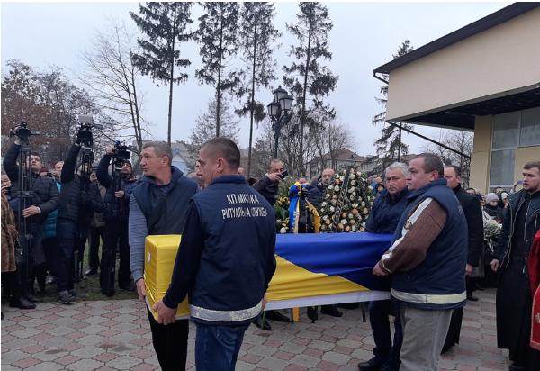 Мать билась в истерике! В Ивано-Франковске тысячи людей попрощались с погибшей проводницей МАУ Марией Микитюк. «Собирала деньги на свадьбу…»