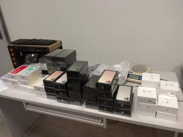 Сокровище на таможне. В «Борисполе» нашли сумку с 113 iPhone. Забыли?