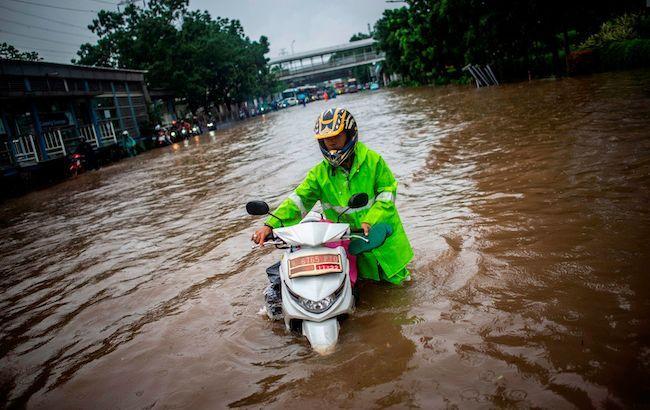 Покидают дома и умирают: Количество жертв наводнения стремительно растет