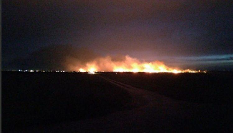 «Небо в огне». Под Одессой произошел масштабный пожар: дым видно за километры