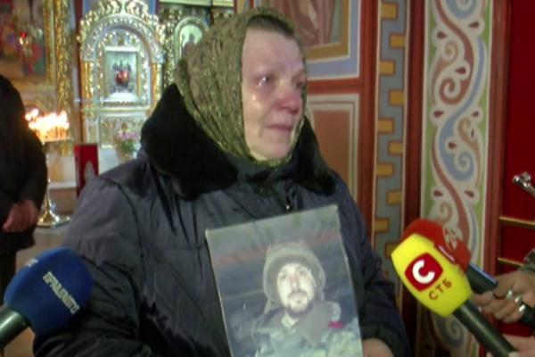 «Выгнал нас под забор. Прямо на дождь …»: Мать погибшего киборга обратилась к президенту Зеленскому. Последняя надежда