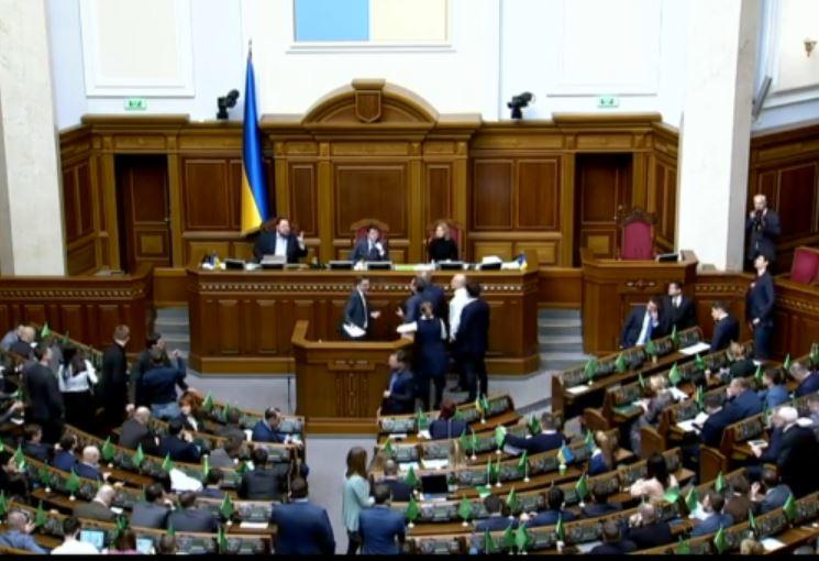 «Настоящий балаган!»: Депутаты со скандалом сорвали заседание Рады. «Крики и толкотня»