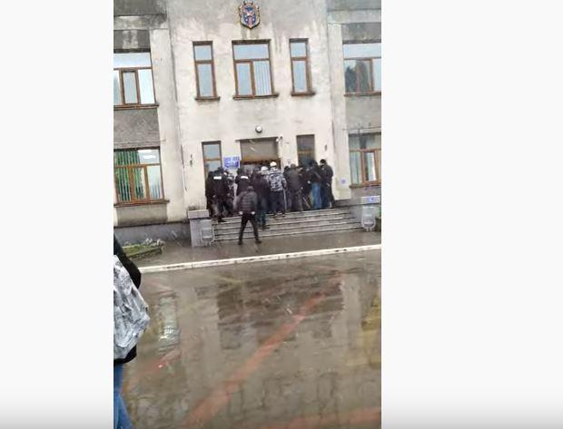«Забросали здание камнями и шашками»: Радикалы устроили погром в мэрии. «Хотели прорваться к депутатам и чиновникам»