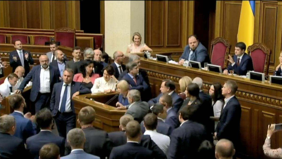 «Сорвали заседания и блокировали трибуну» Партия Порошенко снова отличилась в Раде. Геращенко устроила «истерику»