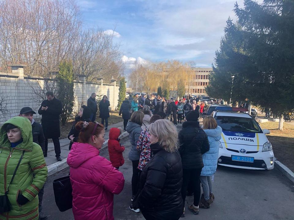 «А нас кто защитит?» Люди заблокировали госпиталь в Винниках. Строят баррикады