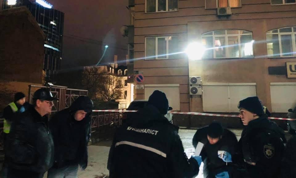 «Выстрелил и убежал». На улицы Киева расстреляли мужчину. Подняли всех
