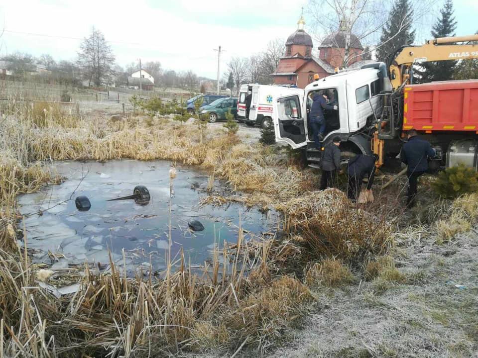 Жуткая находка на Львовщине «: Со дна озера подняли авто с 4 мертвыми телами.» Смерть в болоте «