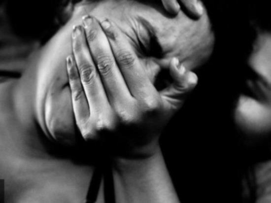 «Потеряла сознание»: Трое мужчин в электричке надругались над женщиной. Опомнилась на следующий день