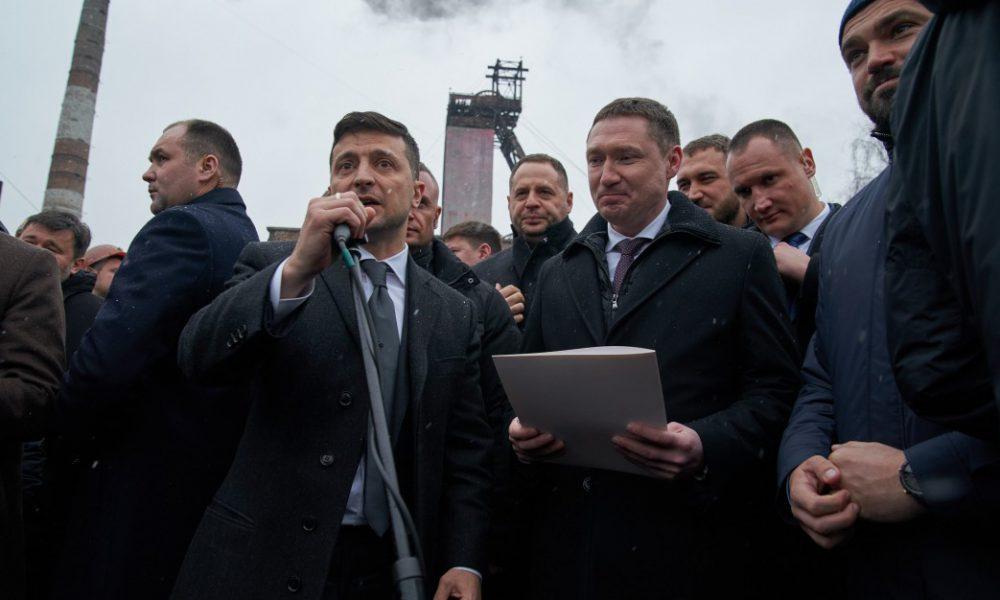 На встрече с шахтерами — люди не удержались! Зеленский изложил все как есть. Никто выбрасывать будет