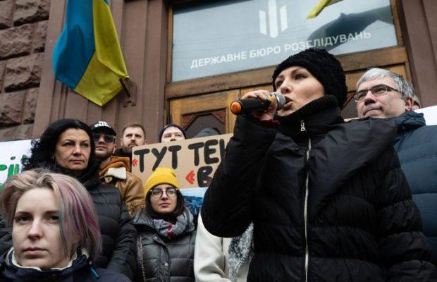 «Заберите эту к * рву!»: Украинцы возмущены поведением Федины возле  здания ГБР. «Хорошо играешь роль, Порошенко заплатил?»
