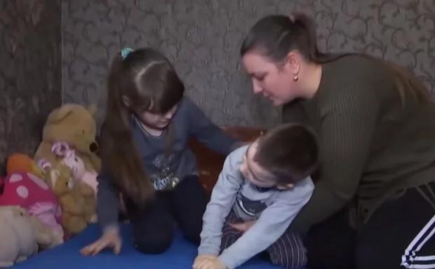 Боже, не люди, а звери! Украинцы набросились на семью. Там же дети. На глазах слезы