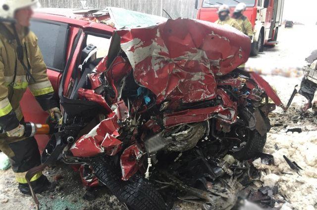 «Авто расплющило»: Многодетная семья разбилась в жуткой аварии. В живых остался только 1-летний ребенок