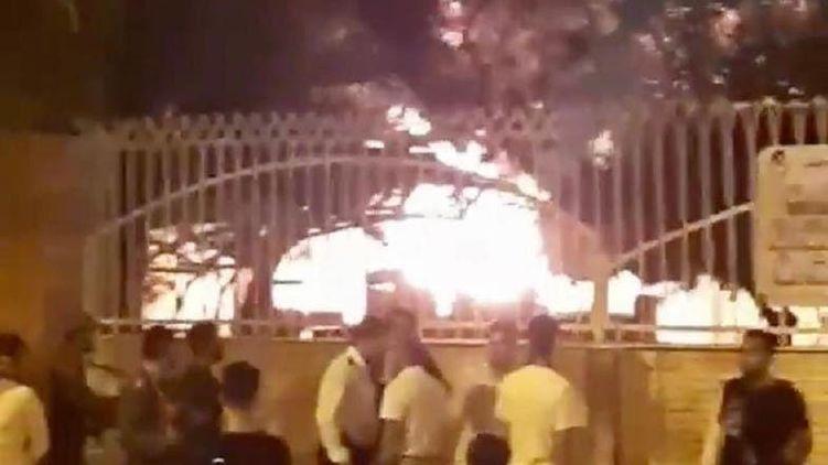 Началась массовая истерия: в Иране местные жители сожгли больницу из-за слухов о Коронавирусе