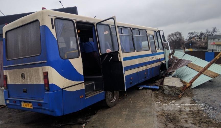 Выпадали на ходу: на Днепропетровщине водитель школьного автобуса умер во время движения. Знали, но позволили