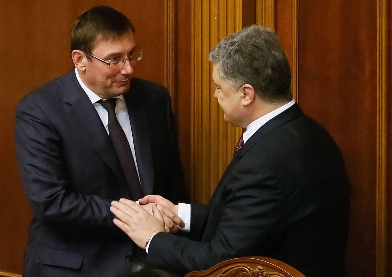 «Можно и нужно преследовать!»: Луценко сделал шокирующее заявление о Порошенко. Переобулся на ходу