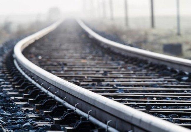 «Легла прямо на рельсы и оставила блокнот»: Девушка погибла страшной смертью на железной дороге. Скончалась на месте