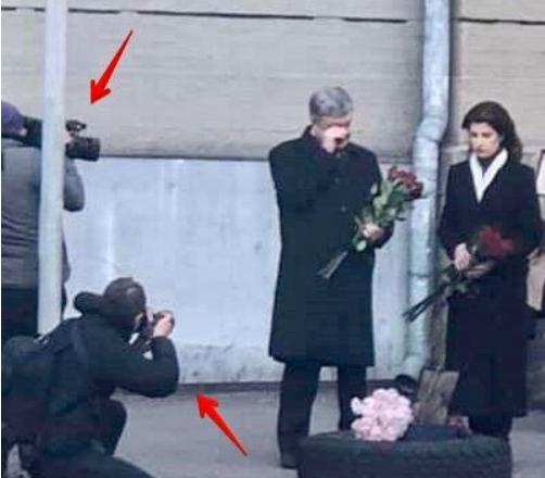 Выдавливает слезы! Поступок Порошенко на майдане  возмутил украинцев. «Что-то камер мало, несолидно»