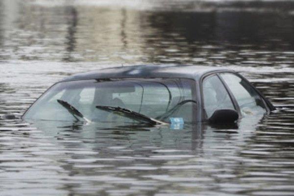 Не удержался. На Днепропетровщине авто слетело с моста в канал. Спасли не всех