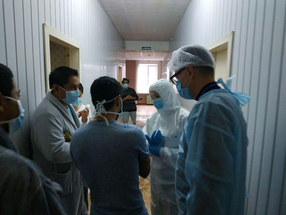 В защитном костюме: Зоряна Скалецкая лично встретилась с эвакуированными из Китая