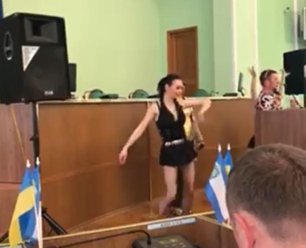 «Жареный кабанчик» и девушки в белье»: Поздравление депутатов с 8 марта в Херсоне закончилось скандалом
