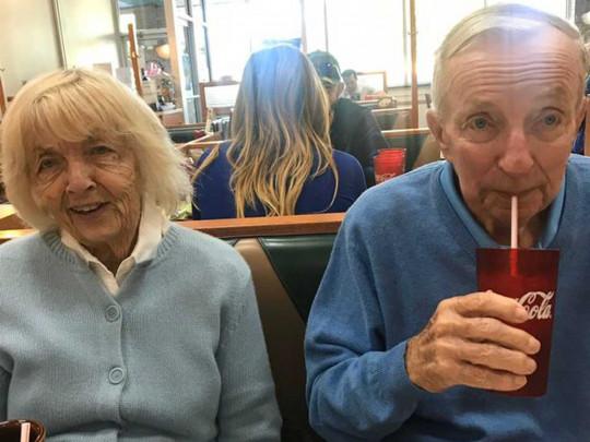 «Прожили вместе 65 лет и умерли с разницей в несколько часов»: Трогательная история пожилой пары, которых забрал коронавирус