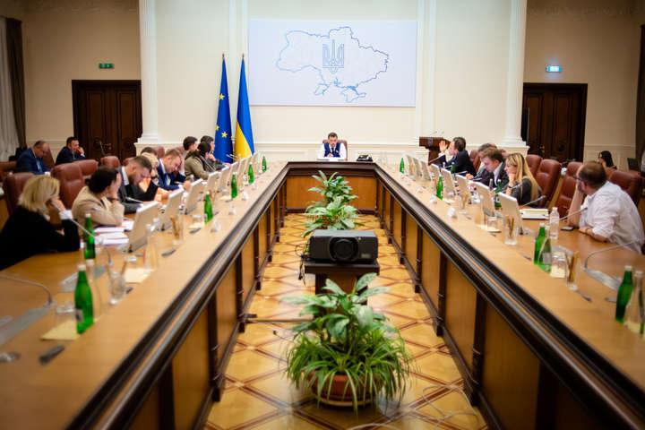 Собственным авто или не более 10 человек. Правительство приняло жесткие ограничения для украинцев. Со среды