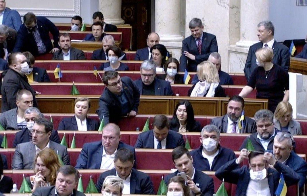 «Сидел возле Геращенко и Порошенко»: Депутата от «Слуги» срочно госпитализировали с подозрением на коронавирус