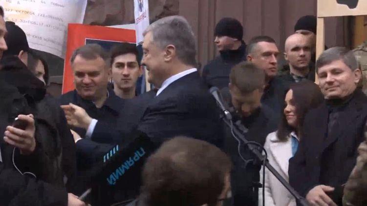 «Шабаш, шабаш, шабаш» Порошенко шокировал поступком возле здания ГБР. «Опять устроили цирк»