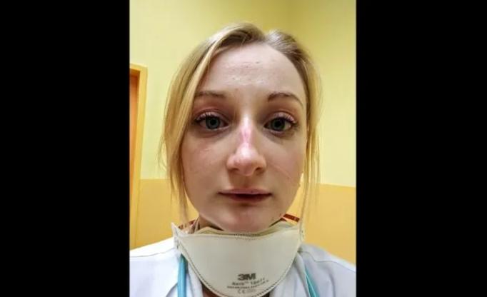 «Я больше не могу. Мы не спим, не едим, не помню, когда была в туалете «: Медсестра сделала отчаянное заявление. Крик души