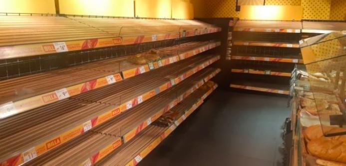 «Надо поднять цены!» После введения карантина украинцы массово скупают продукты. Полки магазинов пусты