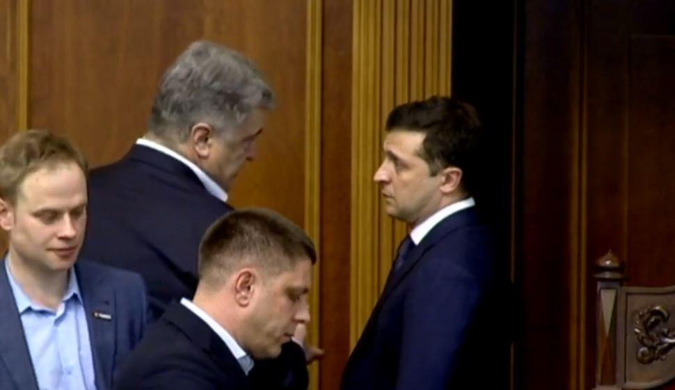 «Столкнулись лицом к лицу» Порошенко и Зеленский удивили поступком в Раде. «Произошло непредвиденное»