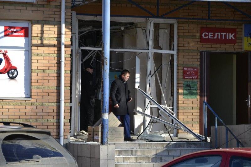 «Обломки разлетелись на несколько метров»: В Броварах произошел взрыв в отделении известного банка