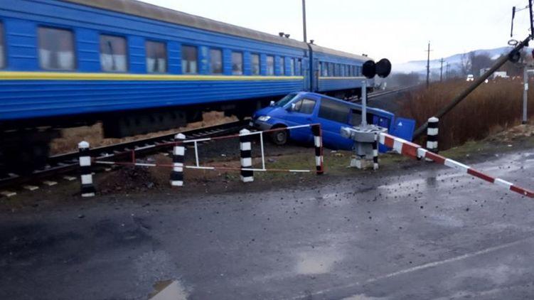 Микроавтобус влетел в поезд! Жуткое ДТП на Закарпатье поразило всю Украину. 8 пассажиров…