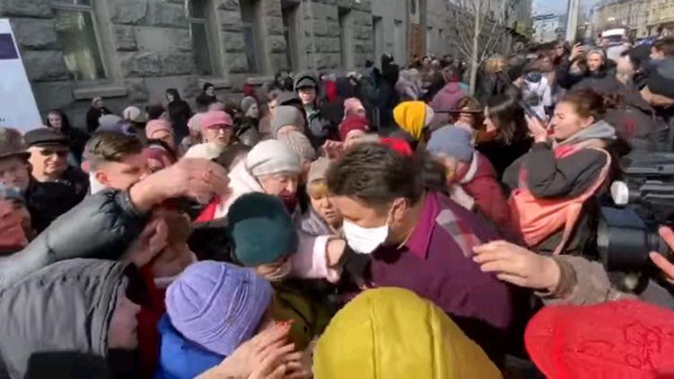 Больше тысячи человек! В Харькове во время раздачи бесплатных масок случилось немыслимое
