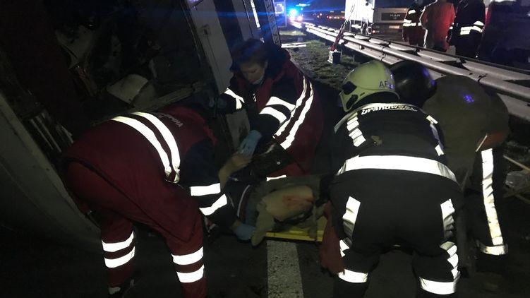 Столкнулись два автобуса и грузовик: под Киевом произошло жуткое ДТП. Есть погибшие