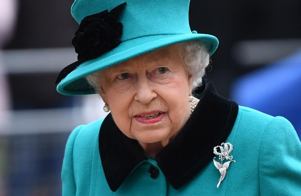 В Букингемском дворце происходит немыслимое. Британцы молятся за королеву Елизавету